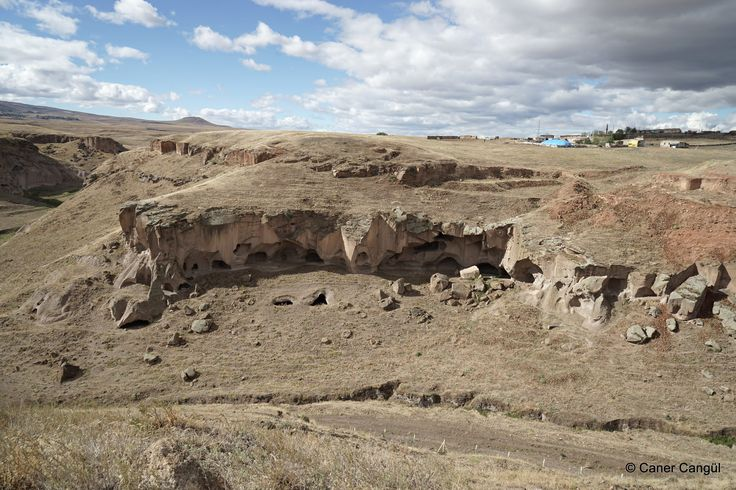 Ani Harabeleri'nden Görünen Doğal Mağaralar