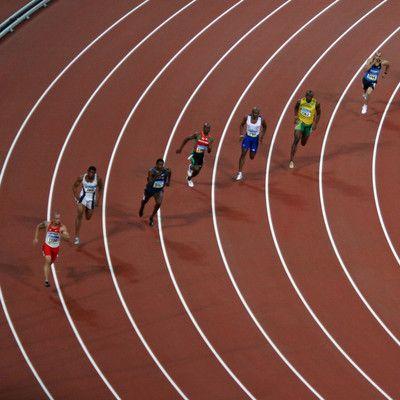 Какую максимальную скорость может развить бегущий спринтер? 43.9 км/ч! 43,9 км/ч -это максимальная скорость. Этот рекорд установил Усэйн Болт во время забега на сто метров (9.58сек.) в 2009 году. Эта скорость достигнута в середине дистанции и удерживалась спортсменом до финишной черты.