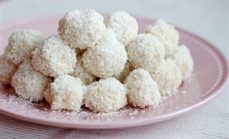 """Zelf moest ik ook eerst een paar keer met mijn ogen knipperen, maar het klopt dat de eerste sneeuwvlokjes deze week naar beneden zijn gedwarreld. Ik ben niet zo'n type dat meteen naar buiten springt om gezellig door de sneeuw te gaan banjeren. Nee, ik vind het eerlijk gezegd maar... <a href=""""http://cottonandcream.nl/sneeuwballetjes-met-kokos-en-amandel/"""">Read More →</a>"""