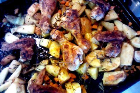 Jak upéct kuřecí paličky s rozmarýnem s pečenými bramborami a mrkví | recept