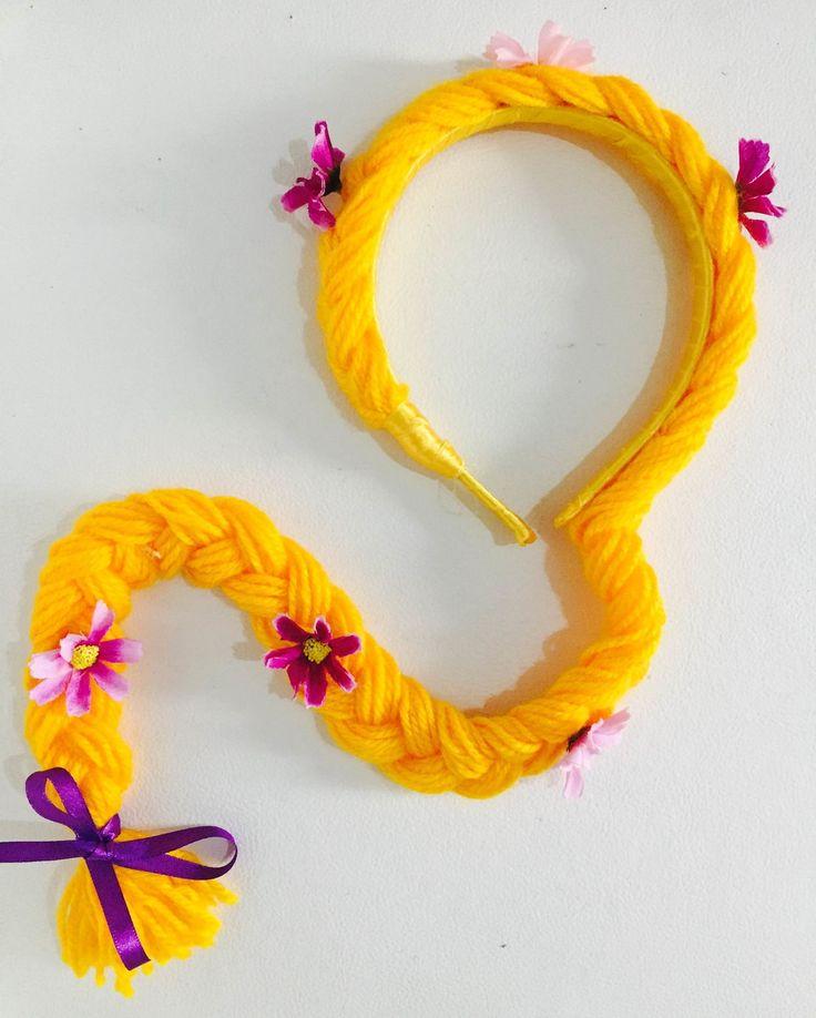Tiara da princesa Rapunzel do desenho Enrolados. Confeccionada em lã, com aplicação de flores em eva ou tecido e montada em arco forrado com fita de cetim. São enviadas embaladas e com tag do desenho. Em pedidos de mais de 10 unidades, o valor unitário é R$10,00 e todas as tranças sao enviadas co...