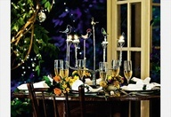 A estrela desta mesa é o candelabro, feito com o alumínio de latinhas de refrigerante e cerveja.