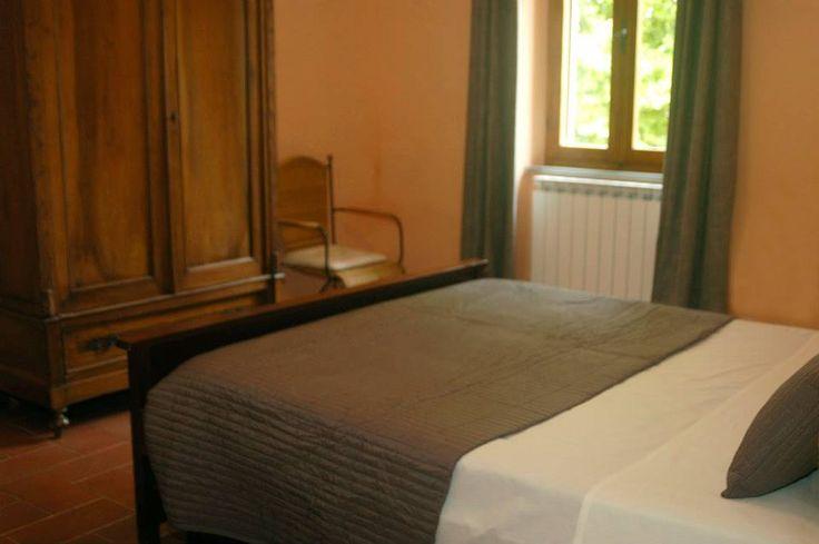 Oranje Slaapkamer: Sfeervolle 2-persoons slaapkamer op de 1e verdieping, ingericht met klassieke meubels.
