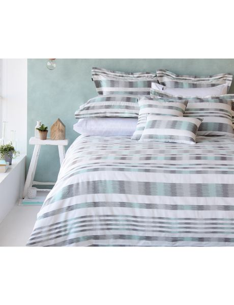 The Gabanna duvet cover set makes a bold statement with a captivating combination of mint and grey tones on a white base. The sophisticated square details create a mesmerizing pattern that covers the entire bed.