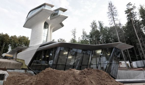 """Zaha Hadid Architects está construyendo una casa en las afueras de Moscú para la super modelo Naomi Campbell y su novio Vladislav Doronin. La residencia llamada """"Capital Hill"""" está muy cerca de completar su construcción."""