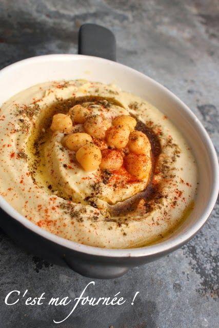 Le houmous (POUR ENVIRON 250g) : 150g de pois chiches en bocal (pas en conserve !)APRÈS AVOIR RETIRÉ LA PEAU ! 50g de purée de sésame (appelée téhina, ou tahini, tahina, tahin, tahiné...) 20g d'huile d'olive 1 toute petite gousse d'ail 15g de jus de citron (environ le jus d'un demi-citron) 35g d'eau Sel + Paprika doux ou fumé (je mets du fumé, dont je raffole !) + Zaatar (ou un peu de coriandre ou persil plat) + un peu d'huile d'olive ou mieux, d'huile d'argan !