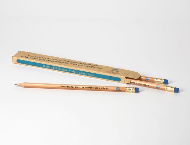 🎄 Confezione matite solidali  Confezione di 3 matite in legno naturale con logo della Lega del Filo d'Oro. In modo semplice per dimostrare il tuo sostegno a chi non vede e non sente.