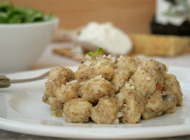 Gli gnocchi di ricotta e Asiago, sono un'alternativa insolita ai classici gnocchi di patate. Un primo piatto saporito, condito con una cremosa salsa di funghi e noci.