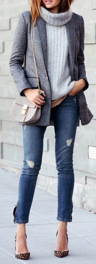 blazer de moletom cinza mescla pro inverno com malha de gola rolê, jeans e scarpin de oncinha. Chica na medida.
