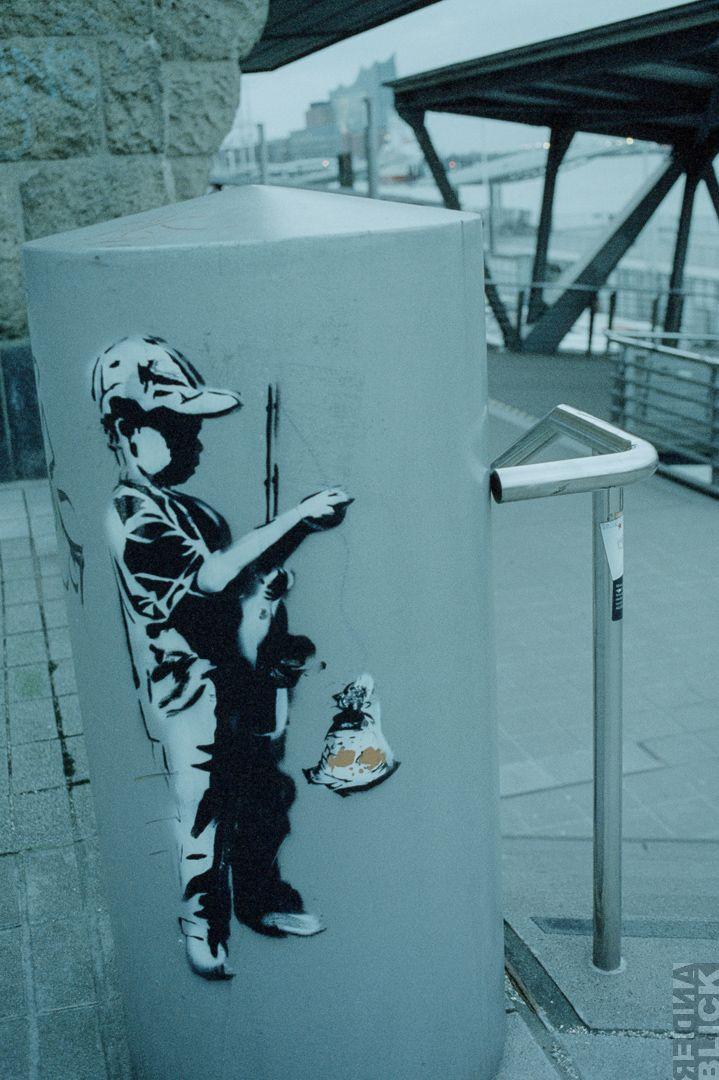 Hamburg Landungsbrücken auf Cinestill 800T Film – anderblick.de  ANALOGE FOTOGRAFIE CINESTILL 800T FILM FOTOGRAFIE HAFEN HAMBURG LANDUNGSBRÜCKEN LEICAFLEX SL2 PHOTOWALK STADT WATERKANT