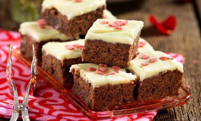 Härlig och lättbakad långpannekaka med smak av kaffe och choklad. Pynta med hjärtan om du vill!