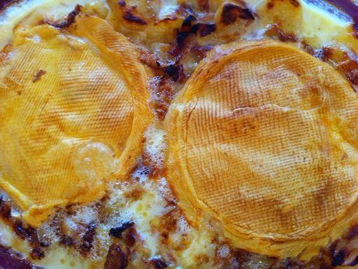 La vraie Tartiflette - 1 kg de pommes de terre - 200 g de lardons fumés - 200 g d'oignons émincés - 1 reblochon bien fait (lorsqu'on appuie sur le côté du reblochon, le doigt doit s'enfoncer un peu)  - huile (2 cuillères à soupe)  - ail, sel, poivre