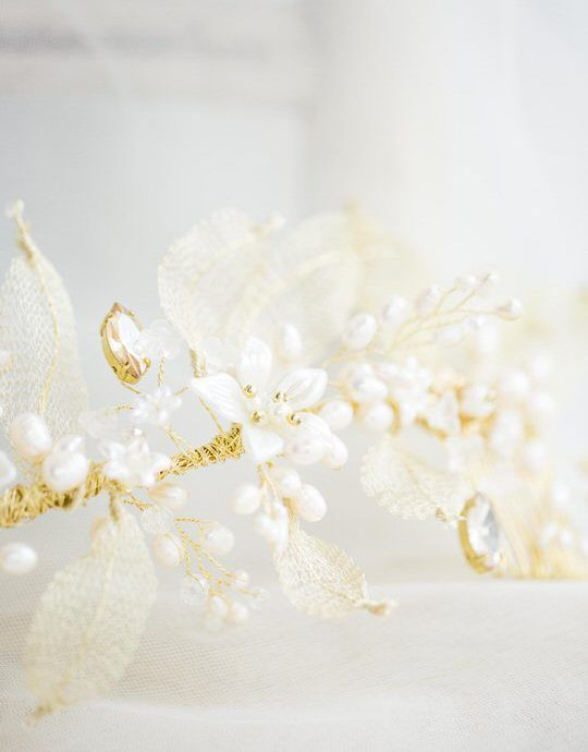 Wedding hair comb with florals and gold leaves details