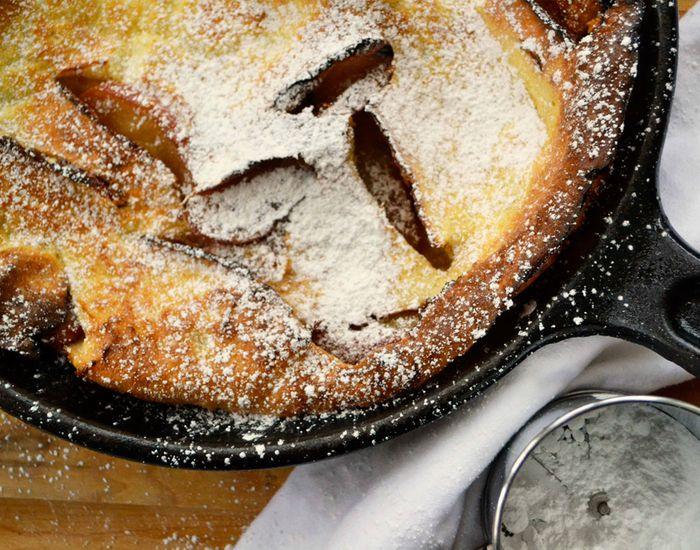 Denne pandekage er tyk og luftig med en skøn smag af æble! Ikke som andre pandekager, som har taget en evighed at lave til en passende stak.