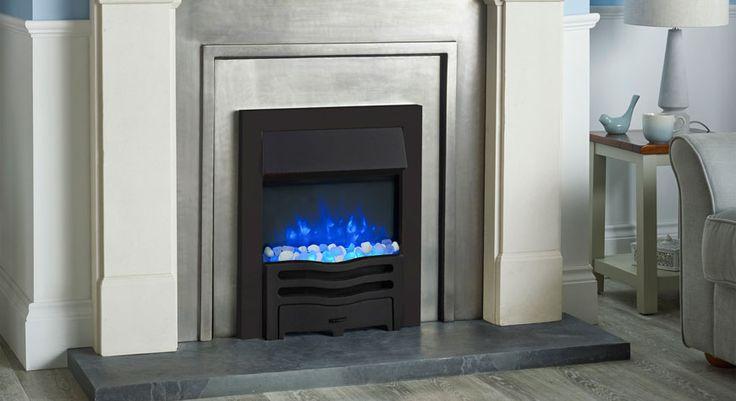 L'insert électrique Logic2 Wave avec cadre et fronton noir, lit de combustibles en pierres translucides et blanches, et flamme bleue.