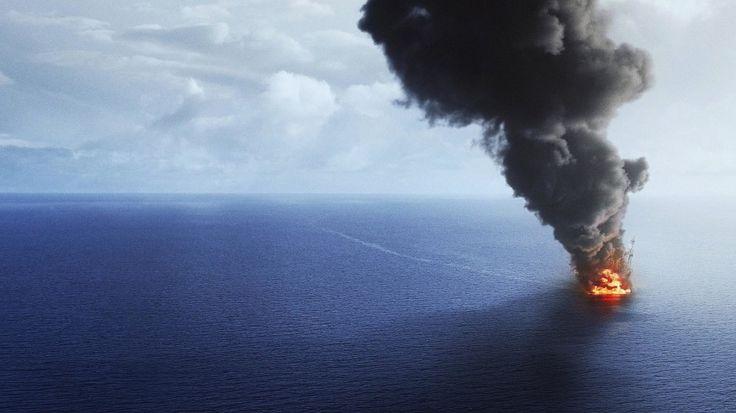 """""""MAREA NEGRA""""... Es el 20 de abril de 2010 en el Golfo de México y la plataforma Deepwater Horizon realiza exploraciones submarinas dentro del proyecto Macondo de una compañía británica a 68 kilómetros de Luisiana, EE.UU.; de pronto, la plataforma explota y comienza a hundirse, causando 11 muertes y dando inicio a una de las peores catástrofes ecológicas causadas por el hombre. Grabaciones del momento dan constancia de la gravedad de la situación..."""