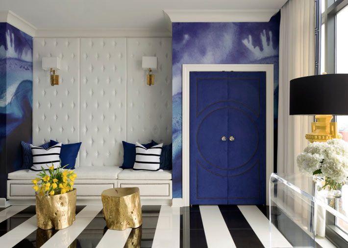 Синие стены удачно дополнены черно-белыми полосками на полу