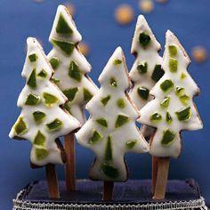 Bildschön und sooo lecker: Der Kakao-Mürbteig wird mit grünem Minzkrokant und Zuckerguss dekoriert.Zum Rezept: Minz-Schoko-Tannenbäume