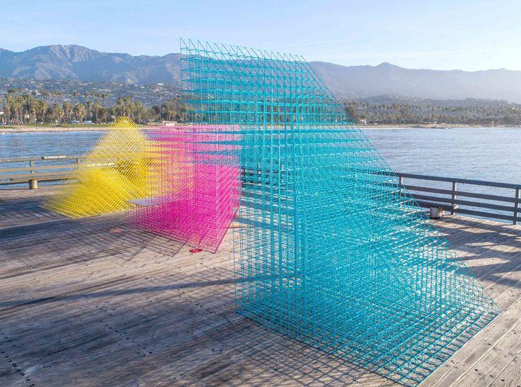 #a_r_t_a_ru #конкурс #дизайн  Дизайнеры-мультифункционалисты Молли Ханкер и Грег Корсо, основатели бюро SPORTS, выиграли конкурс проектов уличного павильона, ежегодно проводимый Музеем современного искусства Санта-Барбары, и стали авторами живописной инсталляции, расположенной на деревянном пирсе.  Инсталляция «Runaway» состоит из трех фигур кубовидных и призматических очертаний, сделанных из ярко окрашенной металлической сетки.  Благодаря тому, что фигуры сделаны из очень тонких…