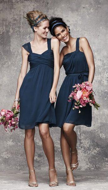 Tiens ? Une robe de demoiselle d'honneur qu'une grande taille pourrait porter en se sentant belle, dingue ! (À gauche) - 60-80€
