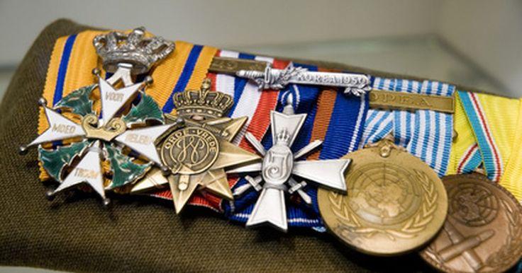 Orden de prioridad de las medallas para militares. Si bien la Medalla de Honor es conocida por ser la mayor condecoración estadounidense que se otorga por el coraje, generalmente se desconoce que lidera el orden de prioridad de otras condecoraciones y galardones. En el ejército de Estados Unidos, este orden de prioridad reúne medallas comunes a todas las Fuerzas Armadas estadounidenses junto con ...