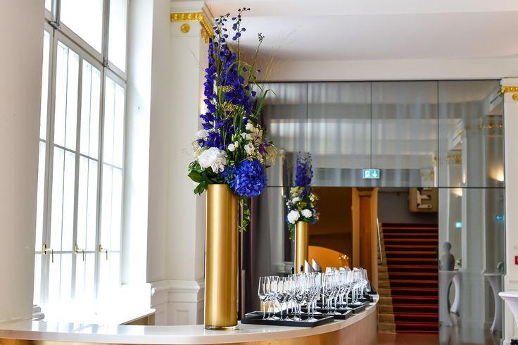 schickes arrangement in blau, gold und weiß für den empfang / fancy arrangement in blue, gold and white for the reception. www.blumenkultur.at