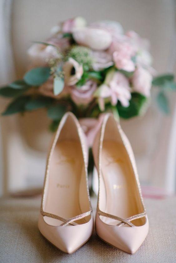 Decolletè a punta rosate per la sposa elegante e classica