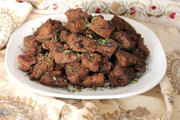 Et kavurması tarifi Etin sinirlerini alıp, kuşbaşı şeklinde doğrayın. Etin yağlı kısımlarını tencereye alın. Etin kendi yağında pişmesi çok daha lezzetli olmasını sağlayacaktır. 5 dakika boyunca karıştırarak yağın erimesini sağlayın. Tencere orta ateş seviyesinde olmalı. Daha sonra diğer etleri de tencereye ekleyin. Etler suyunu salana kadar ara ara karıştırarak pişirin.