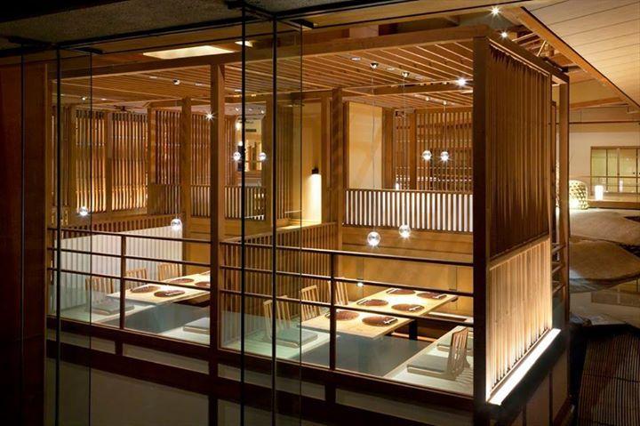 位於福島県会津的「芦ノ牧温泉」,這裡是離東京約3個半小時的地區,原本老舊的温泉旅館重新再生,綠意環繞的背景魅力十足。大浴場的對面就是河流的岩壁,是少見的溫泉旅宿景観。除了一般的露天風呂外,同時還提供岩盤浴等,很適合在夏日前來。  via 芦ノ牧温泉