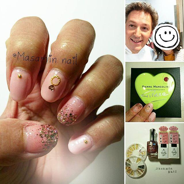 キラキラ✨💍✨ピンクネイル💖  前回ピエールマルコリーニチョコと一緒にpostしたネイルです🐰 今回は撮影してもらった写真も一緒に 全体と使用したものを💅  使用したのは WeeklyGelの店舗限定の桜ピンク2色と HOMEIダイヤモンドネイルの ローズピンクダイヤモンド💎 しずくドリーミング1と3です💡  やり方も簡単😁 親指・薬指 →WeeklyGelのsakura windを3度塗りして、ローズピンクダイヤモンドをスポンジでグラデーション  人差し指・中指・小指 →WeeklyGelのsakuraを3度塗りして 中指はリング💍イメージでしずくドリーミング1の○と3のハート♥ストーンを。 その他は3のゴールドブリオン  最後に全体にクリアジェルです🌸  写真に上手く撮れてないのですが ダイヤモンドのせた指が 動くたびにキラッキラ✨で とってもキレイ😍 このローズピンクはお気に入り💖  バレンタインも近いので リング💍のストーンは ハート♥をセレクト✨ ドレスがピンクとかだったら、 ウェディングでもいけそうです😊  写真は自撮りモードでピエール氏が…