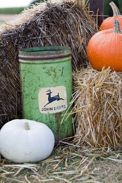 john deer tin and pumpkins .... I would LOVE to have this ... what a beauty!!!
