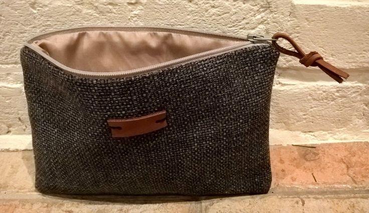 Zacht gevoerde pouch, buitenlaag van 100% katoen met details in Europees rundsleer. Kleuren: grijs/beige/bruin #leather #pouch #handmade #fabric