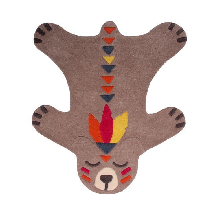 Ce tapis oursaux détails sophistiqués habillera à merveille le sol de la chambre de votre enfant. Pensé comme une peau de bête, il sera parfait pour compléter une décoration sur le thème des indiens et/ou très colorée. Ce tapis animal est doux et fabriqué en 100% laine pour réchauffer les pieds de vos petits.  Format : 100 x 115 cm