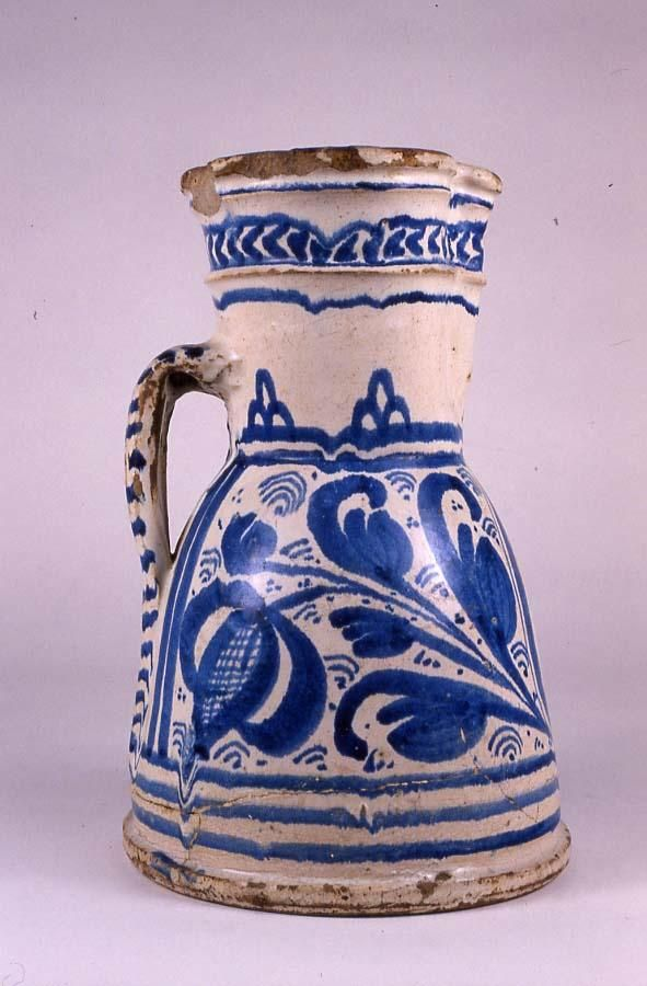 Jarro. Cerámica esmaltada en blanco y pintada en azul. Toledo o Talavera de la Reina.  Serie de los jarros de Santiago.