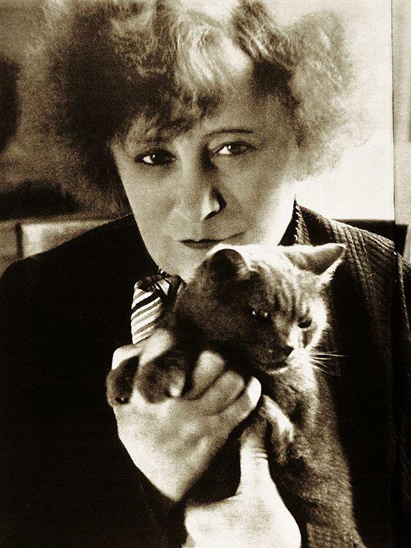 """Colette (Sidonie-Gabrielle Colette) (1873-1954) et la Chatte, """"celle qui n'a jamais voulu d'autre nom"""" (années 1930)"""