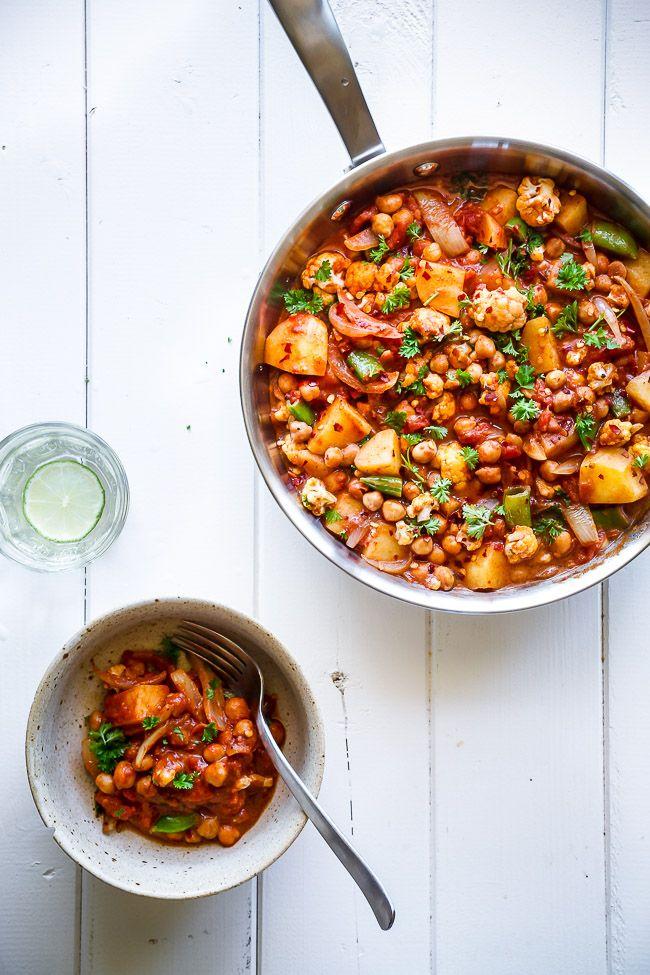 Nem og lækker opskrift på vegetarisk curry med grøntsager, kikærter og varme krydderier. Lav en sund curry på kun 20 min. Nem vegetarmad til aftensmaden.