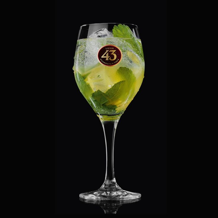 Wentel je in de warme weekendzon of droom van zomerse dagen terwijl je geniet van de Frisky 43. Een frisse cocktail met citroen, mint en een vleugje gember.