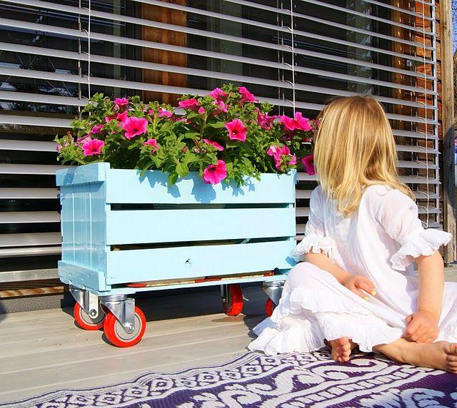 Para mi jardín. Una caja, un poco de pintura y ruedas de Ikea