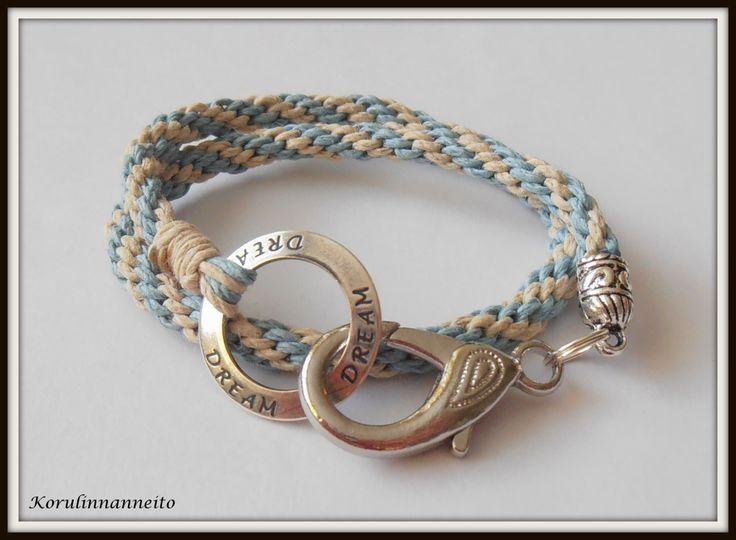 Bohotyylinen, hamppulangasta valmistettu käsikoru. Renkaaseen leimattuna Dream. Boho style hemp cord DIY bracelet. Created by Taru Kehälinna Korulinna.