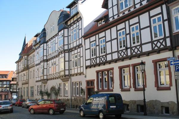 Blick auf Fachwerkhäuser in der wernigeröder Innenstadt.