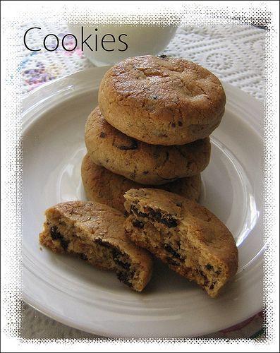 Friabili cookies con nocciole e cioccolato, ideali da gustare con una tazza di latte vi stupiranno per la loro croccantezza.
