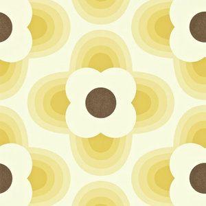 Het nieuwe Harlequin behang Striped Petal biedt behangontwerpen van Orla Kiely. Een grafisch bloemmotief, hier in de kleur geel met bruin. Striped Petal is te bestellen via Luxury By Nature