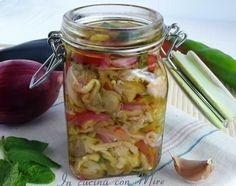 Giardiniera di melanzane senza cottura, con peperoni rossi, verdi e cipolle, una vera leccornia per le conserve invernali, qui trovate la ricetta.