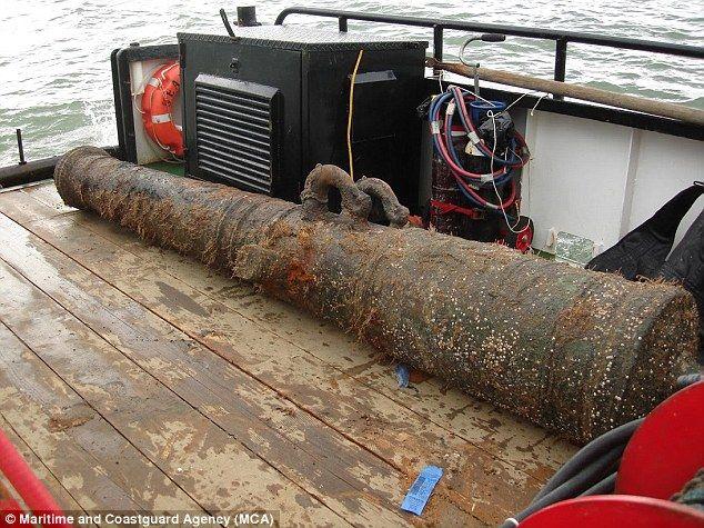HMS London 1665-excavaciones anteriores en el lecho marino han demostrado el barco se partió en dos en el almacén sosteniendo la pólvora hubiera sido.  Un cañón de bronce recuperado de los restos del naufragio de Londres se representa