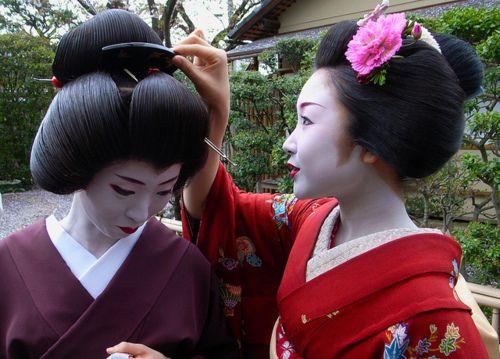 Katsuru helping geiko Umeha: