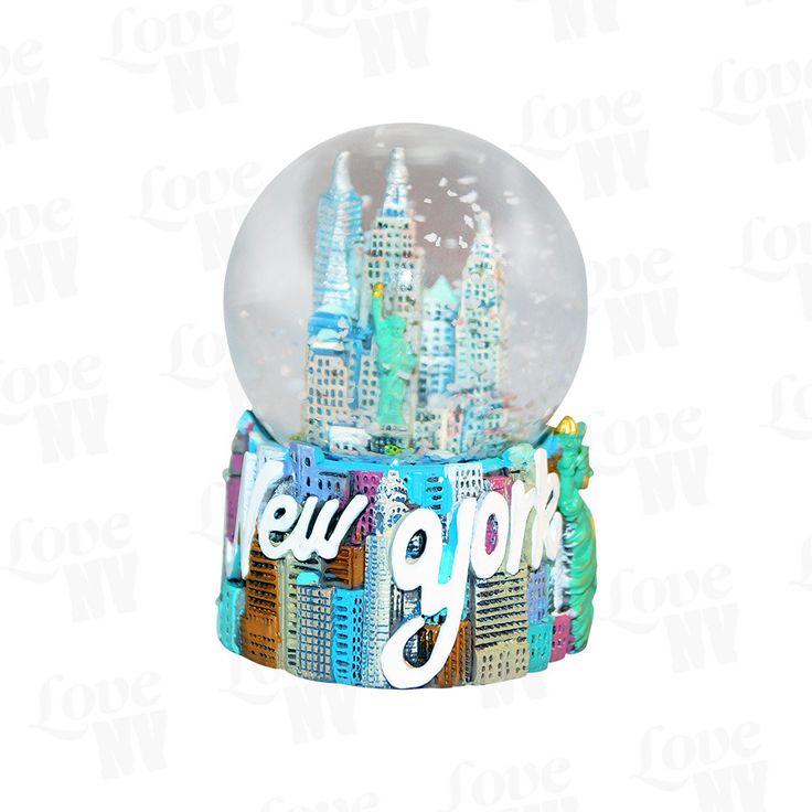 New York City ist weltbekannt für die unverwechselbare Skyline. Seien es nun die hohen Wolkenkratzer oder die einzigartigen architektonischen Meisterwerke - in New York findet man sie alle. Bringe ein Stück New York zu dir nach Hause auf den Schreibtisch oder das heimische Wohnzimmer. Diese wunderschön gearbeitete Schneekugel in 3D-Optik lässt definitiv keine Wünsche übrig. New York Skyline Schneekugel in 3D-Optik.