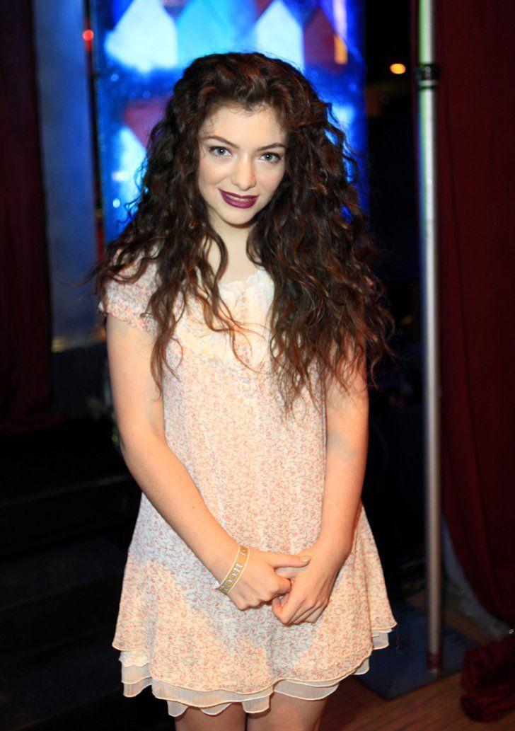 Pin for Later: Ihr werdet nie erraten wie alt diese Stars wirklich sind! Lorde, 18 Hitalben, Grammys und zahlreiche andere Trophäen: Wer hätte da gedacht, dass Lorde gerade mal 18 Jahre alt ist.