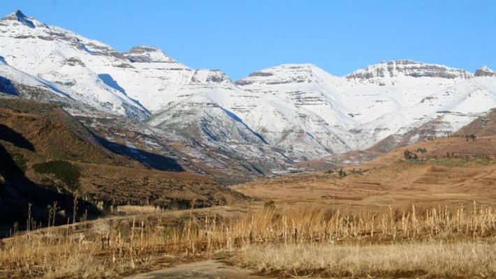 Muntii Drakensberg (Africa de sud)  Frumusetile Africii in 25 de poze deosebite - partea 2 - galerie foto.  Vezi mai multe poze pe www.ghiduri-turistice.info  Sursa : http://en.wikipedia.org/wiki/File:Maluti.jpg