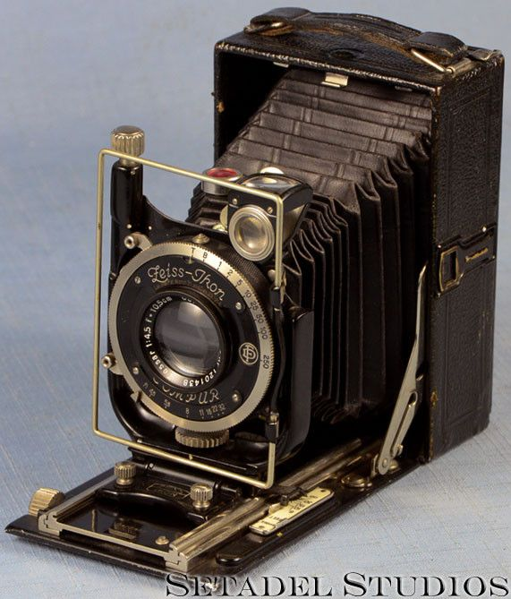 This Zeiss Ikon Maximar 207/3 6x9 folding plate camera is in excellent condition cosmetically, mechanically and optically. Features a Carl Zeiss Jena Tessar 105mm f4.5 lens. Lens serial #1201438. Comp