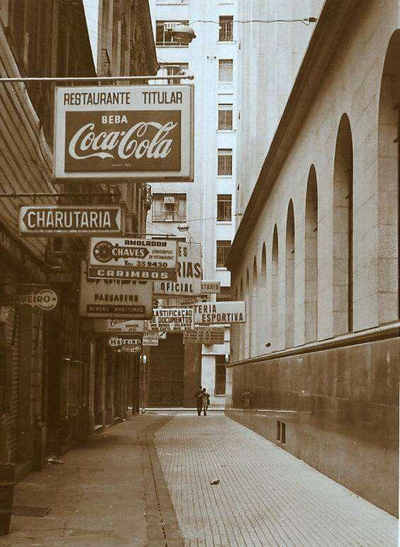 1971 - Rua do Comércio, na região da Sé, em um domingo de manhã. Foto: Henrique Natividade.